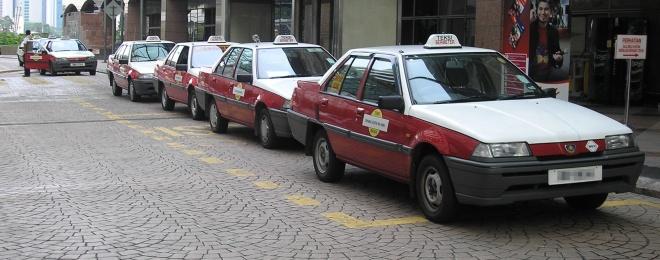 Proton_Iswara_taxis,_Kuala_Lumpur.jpg